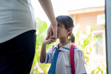 kid kiss her mothers hand before going to school