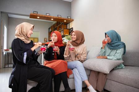 Les jeunes femmes voilées apprécient ensemble un cocktail de fruits