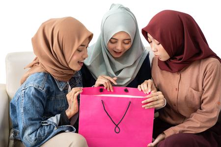 mujer musulmana con bolsa de compras aislado Foto de archivo