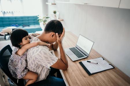 ouder onderbreekt haar dochter terwijl ze op kantoor werkt