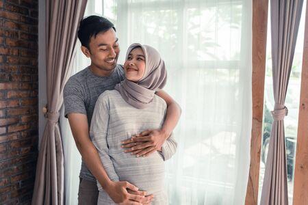 schwangere muslimische frau mit mann