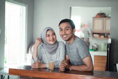 muzułmańska para odpoczywa siedząc w kuchni
