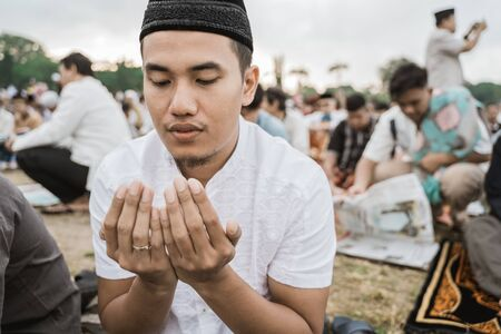 Asian man pray Eid prayer 版權商用圖片