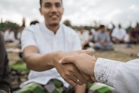 junger Mann schütteln sich die Hand, verzeihend