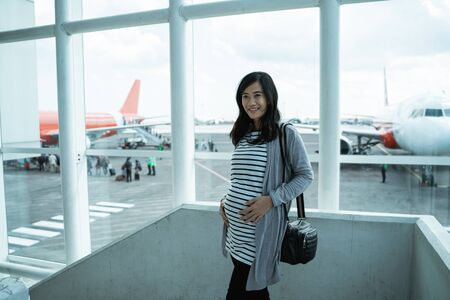 Asian pregnant women stand on the waiting room Banque d'images - 127833319