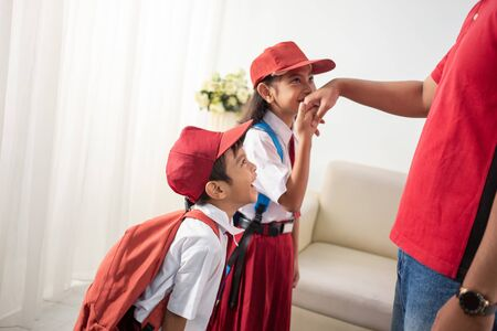 student kiss his parents hand before going to school Stok Fotoğraf - 127832952