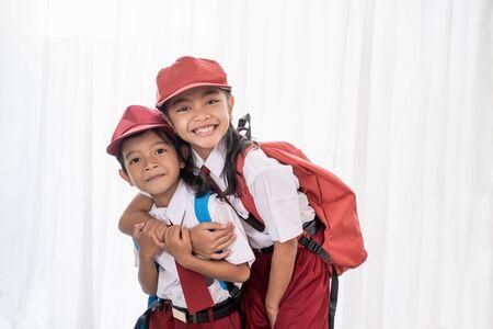studente indonesiano che indossa l'uniforme che sorride alla telecamera