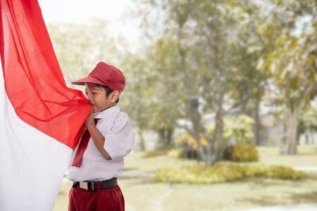 estudiante beso bandera de indonesia