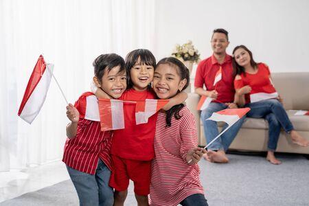 famiglia indonesia che celebra il giorno dell'indipendenza