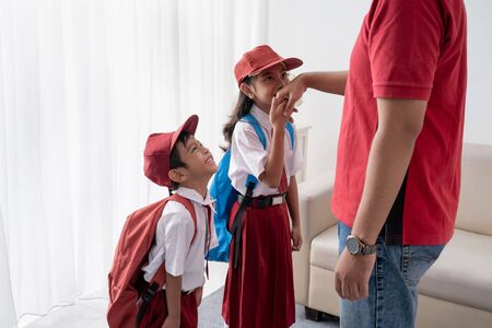 asian kid kiss their fathers hand before going to school Stok Fotoğraf - 127832018