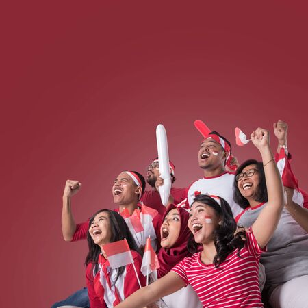 Partidario de Indonesia mirando con entusiasmo