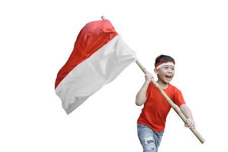 Kid ondeando la bandera de Indonesia en la celebración del día de la independencia aislado