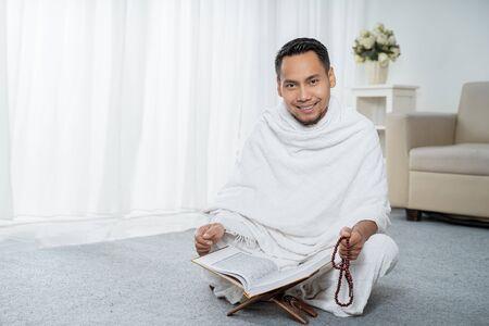 muslim man praying with tasbih Zdjęcie Seryjne
