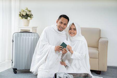 muslimische Familie, die Gepäck vor dem Hadsch vorbereitet