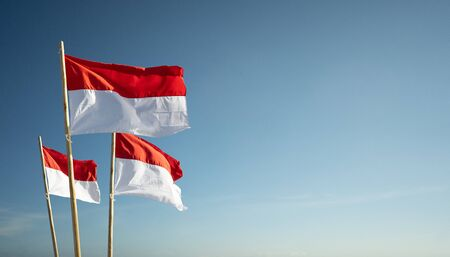 bandiere dell'indonesia sotto il concetto di festa dell'indipendenza del cielo blu