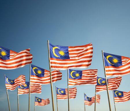 bandera de malasia bajo un cielo azul Foto de archivo