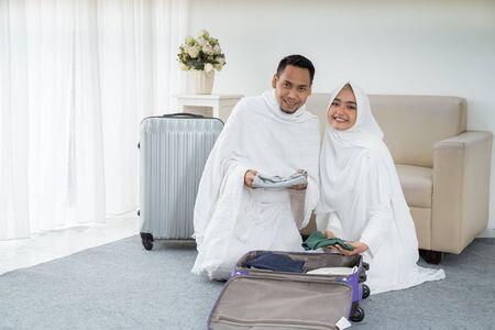 muslim pilgrims wife and husband prepare item Stock Photo