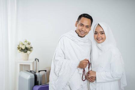 Peregrinos musulmanes esposa y esposo en ropas tradicionales blancas
