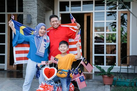 Proud family with Malaysia flag and decorated bicycle Stockfoto