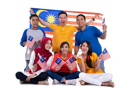 독립 기념일을 축하하는 말레이시아 국기를 들고 있는 사람들 스톡 콘텐츠