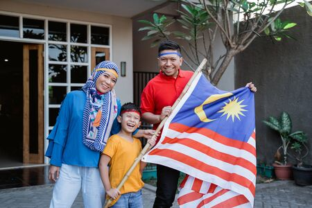 Malaysian family celebrating malaysia independence day 스톡 콘텐츠