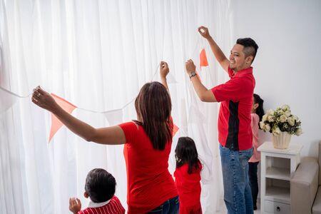 Salon décoré de la fête de l'indépendance de l'Indonésie avec la famille