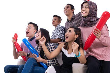 grupo de estudiantes universitarios apoya a su equipo
