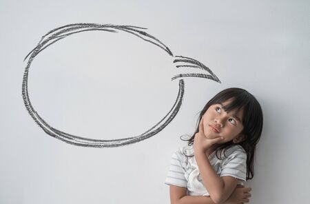 asian little girl thinking with empty cloud bubble Zdjęcie Seryjne - 129257998