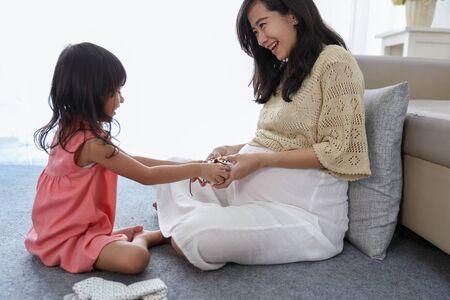 asian little girl choose baby shoes Stok Fotoğraf - 129258048