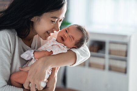 matka całuje swoją córeczkę