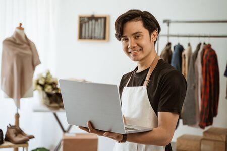 uomo d'affari che lavora nel negozio online di affari. piccolo e-commerce