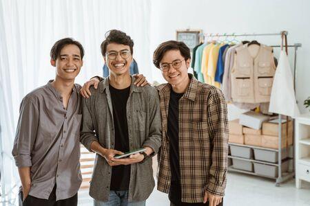 équipe de jeune entrepreneur heureux avec son partenaire