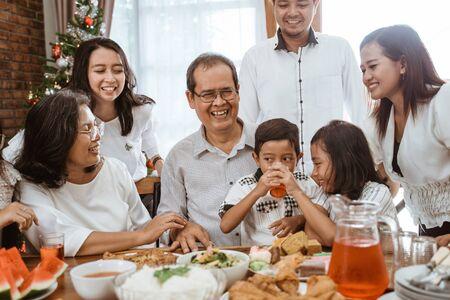 Diversión familiar almorzando con amigos en el comedor juntos