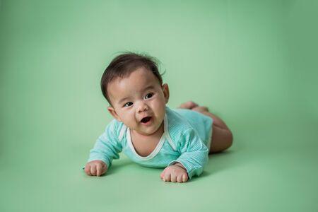 baby is on his stomach development 版權商用圖片