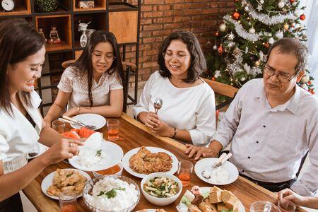 tradición familiar asiática almorzando juntos el día de navidad Foto de archivo
