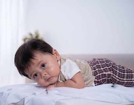 petit garçon asiatique allongé sur le ventre