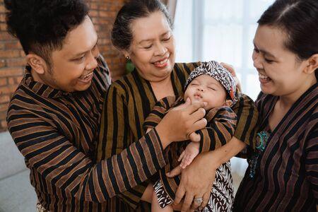 Spaß an der asiatischen glücklichen Familie mit javanischem Batik-Erbe
