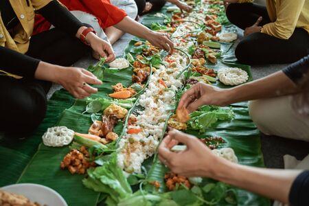 kembulan javanese eating tradition together Reklamní fotografie