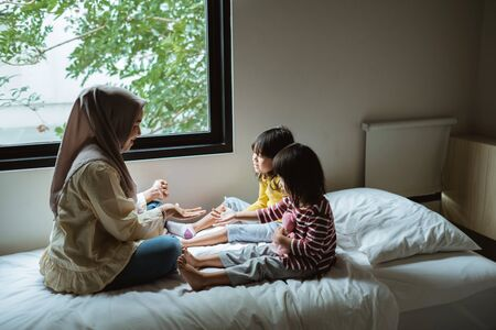 mother storytelling to her daughter Imagens