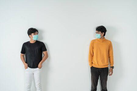 Soziale Distanzierung, Menschen mit Masken Standard-Bild