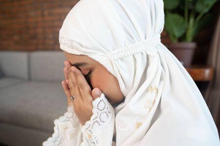 asian muslim woman praying Stock Photo