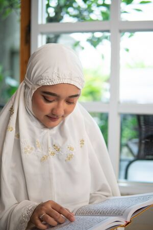 muslim woman read and learn quran