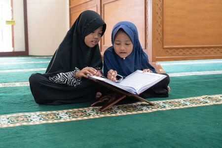 kid muslim reading quran Banque d'images
