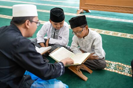 teaching muslim kid to read quran Banque d'images