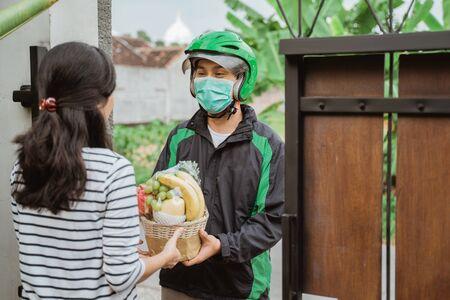 delivery man wear face masks during delivering food Stockfoto