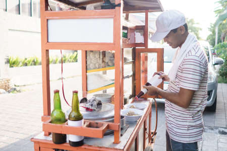 bakso seller preparing the dish for customer Banque d'images