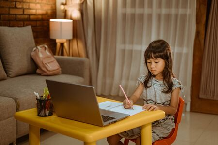 young kid learning by using laptop 版權商用圖片