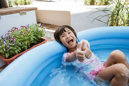 kid swim in inftable pool 版權商用圖片