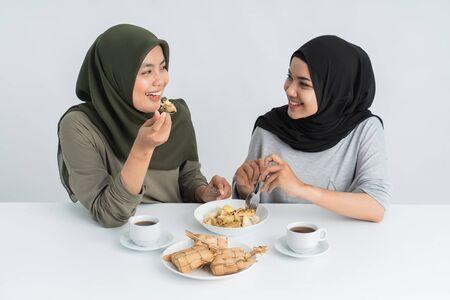 女人享受ketupat和敬畏阿玛姆
