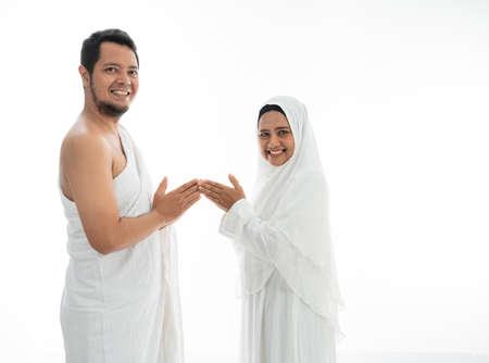 muslim hajj asian couple shake hands 版權商用圖片